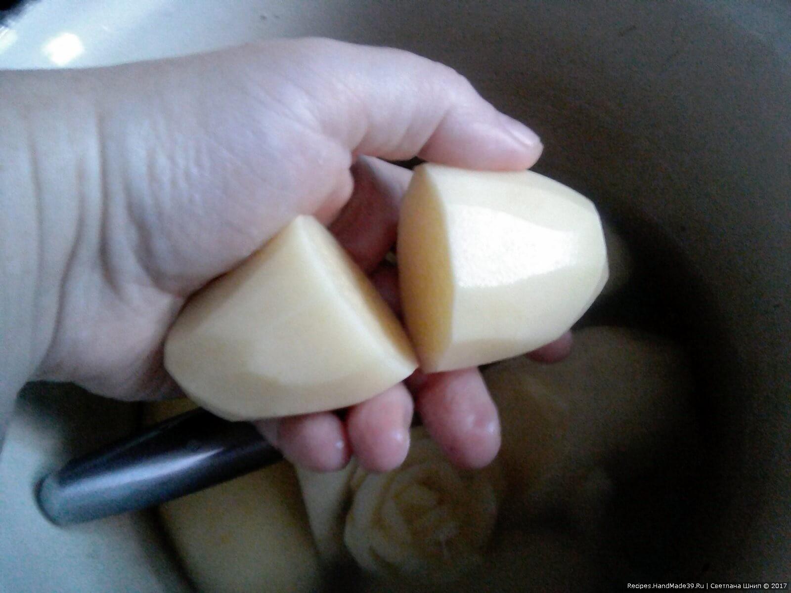 Картофель почистить. Крупные клубни разрезать пополам