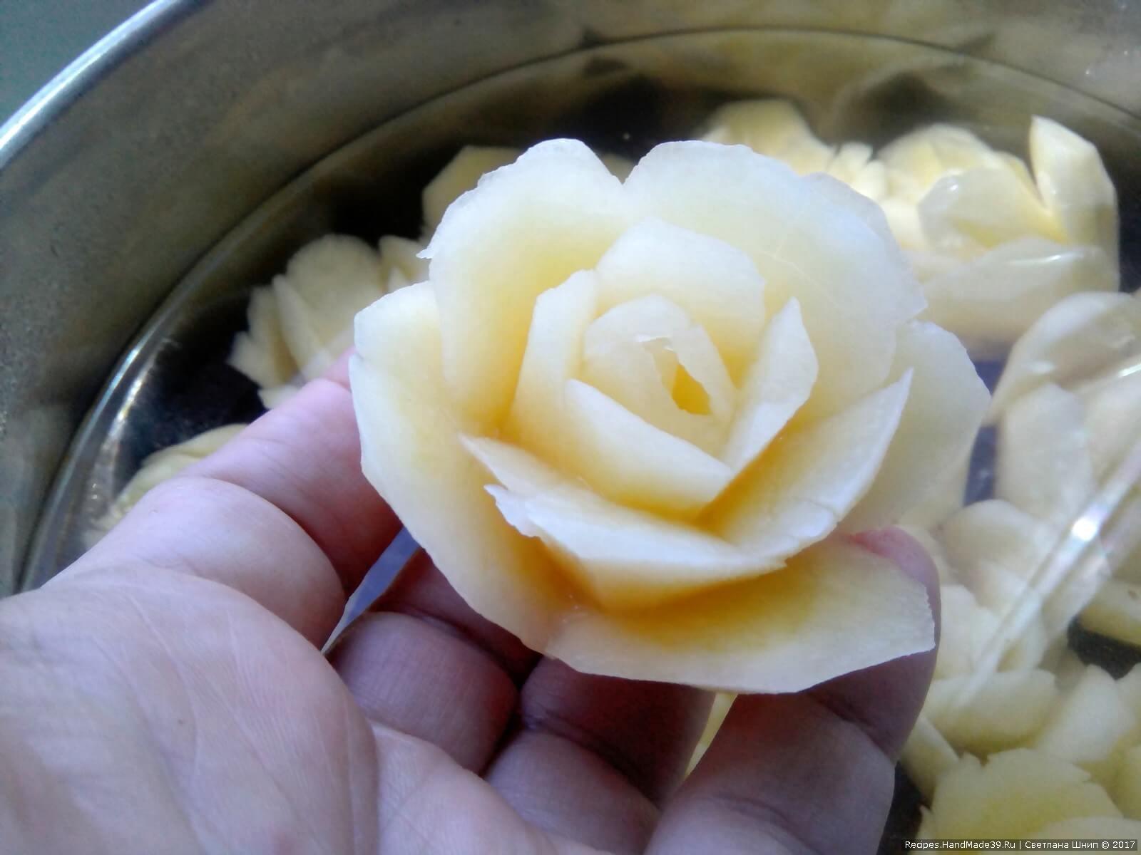 Особое внимание уделить «верхушке»: получилась красивая розочка из картофеля