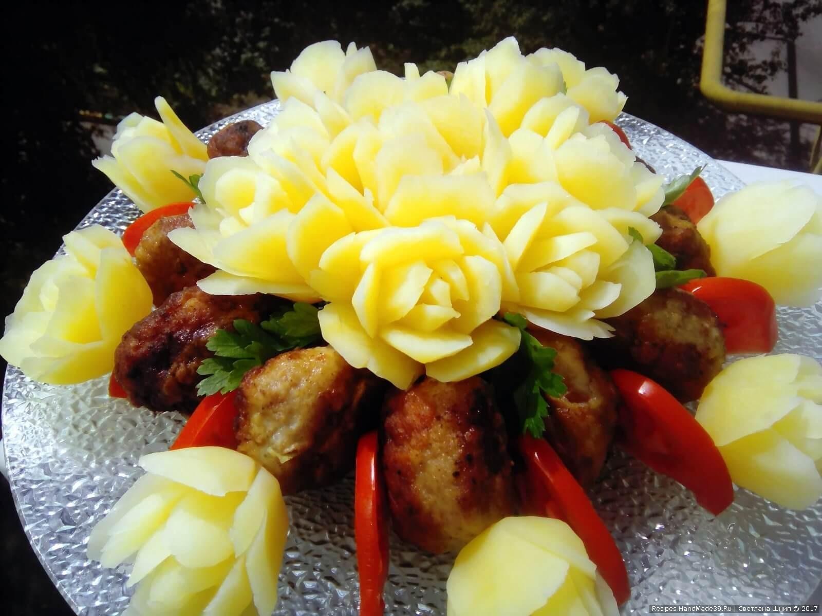 Подавать в качестве гарнира к мясу, рыбе, овощам, грибам. На снимке удивительный цветочный букет из картофельных роз. Приятного аппетита!