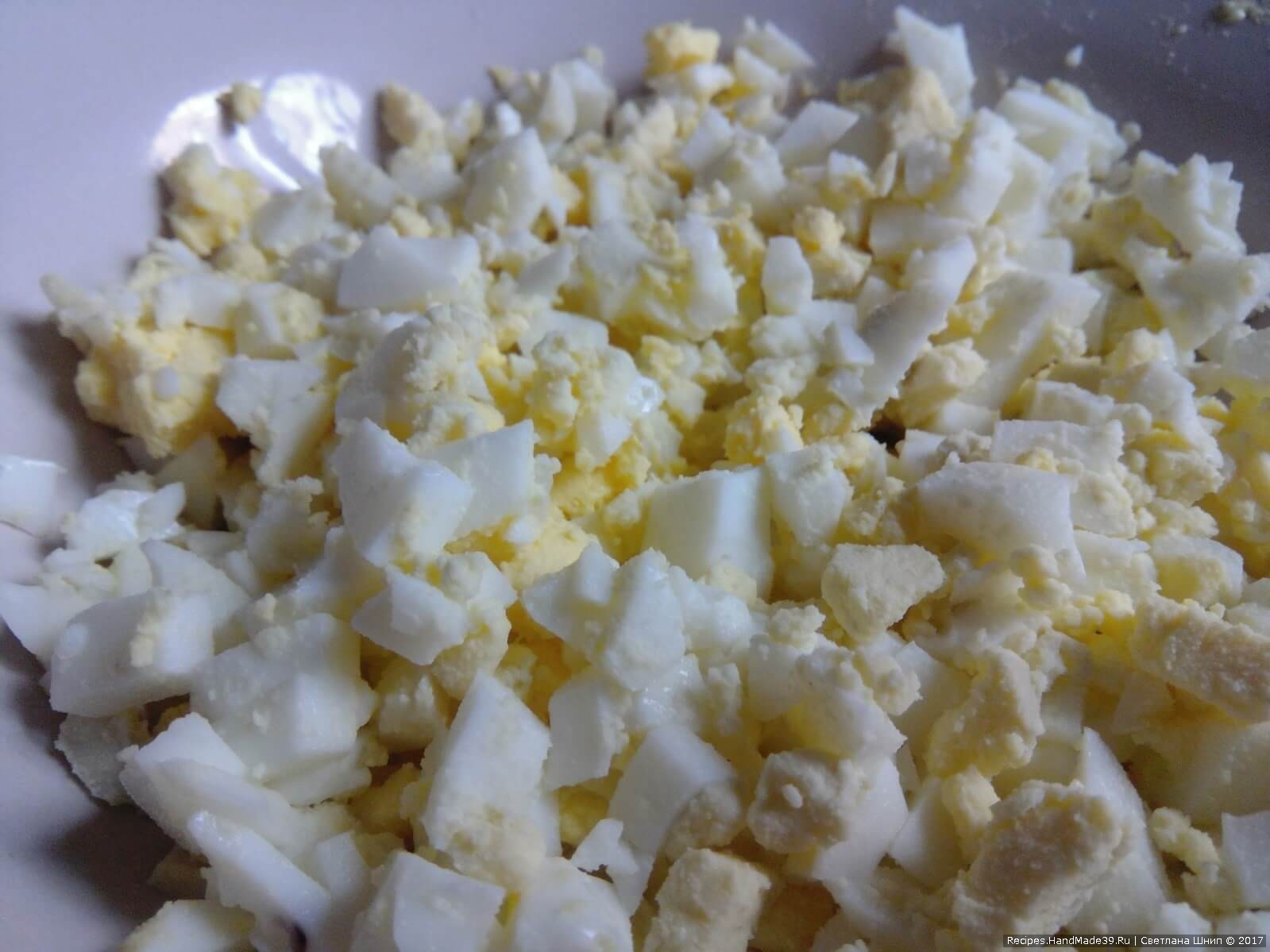 Яйцо сварить вкрутую. Порезать кубиками