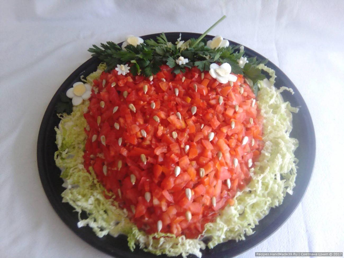Салат «Клубничка» с курицей и помидорами