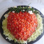 Салат «Клубничка» с курицей, помидорами и пекинской капустой