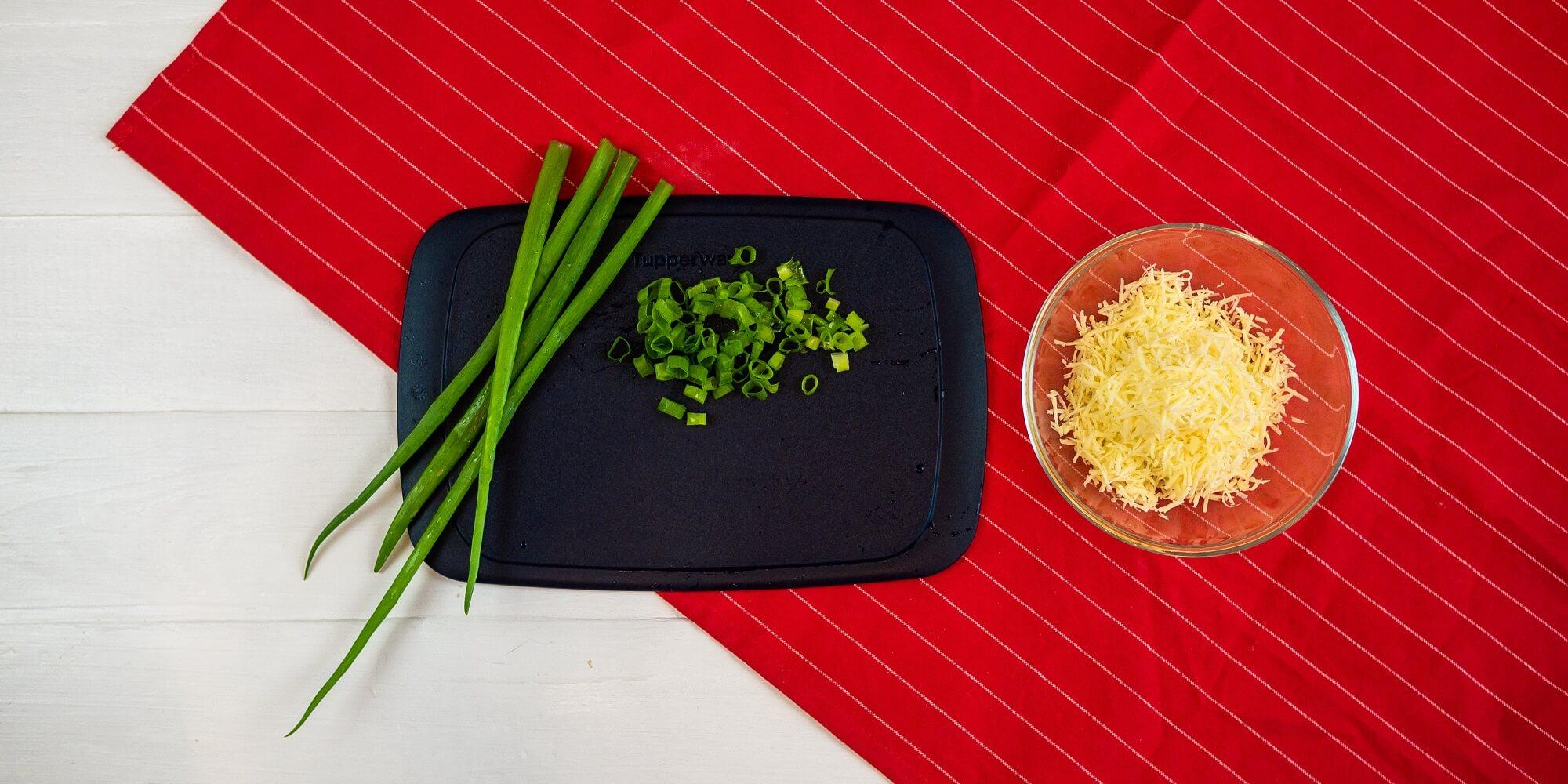 Подготовьте сыр и зелень