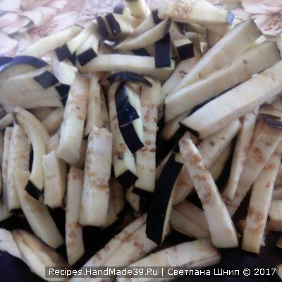 Приготовление салата: баклажаны вымыть, насухо вытереть, нарезать мелкой соломкой