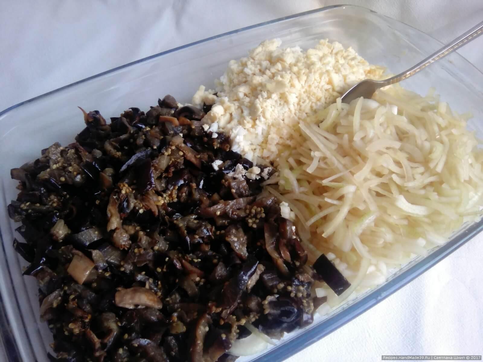 Соединить баклажаны, маринованный лук, яйца