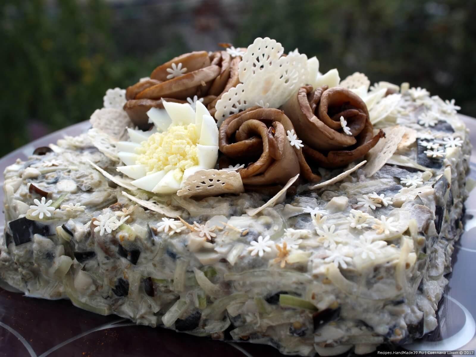 Обжаренные баклажаны, пикантный маринованный лук, яйца и «розы» из шампиньонов – это очень вкусный, очень сытный, но не жирный салат