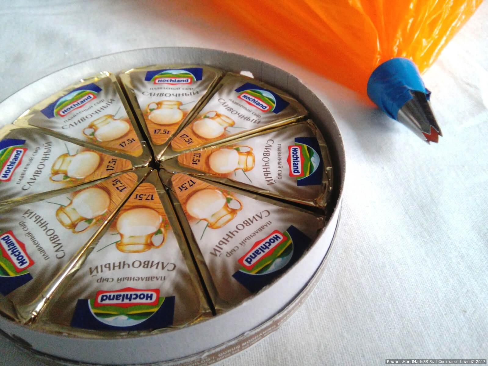 Сырок для равномерного распределения выдавить из мешка насадкой для крема
