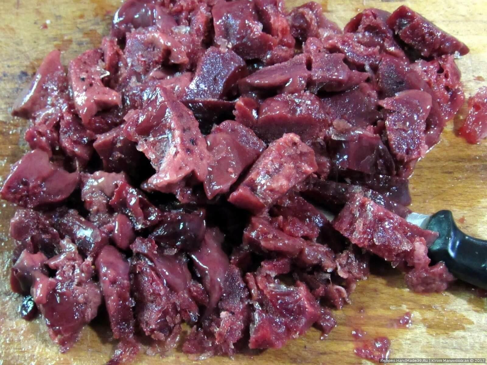 Для приготовления зельца мелко режем куриную печень