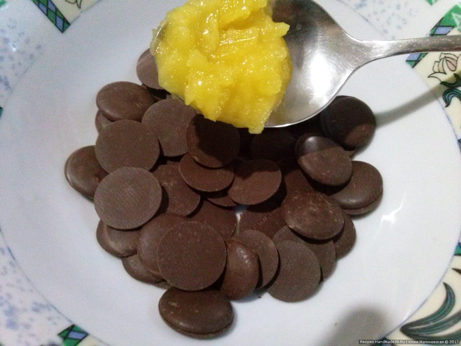 Приготовление плодов каштана для конфет: шоколад растопить на водяной бане, добавить мёд и хорошо всё размешать