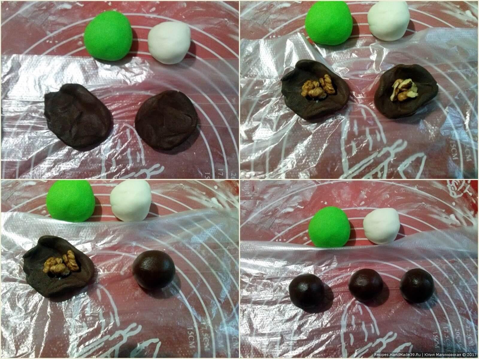 В середину каждой лепёшки положить кусочки грецкого ореха, залепить края и скатать шарик