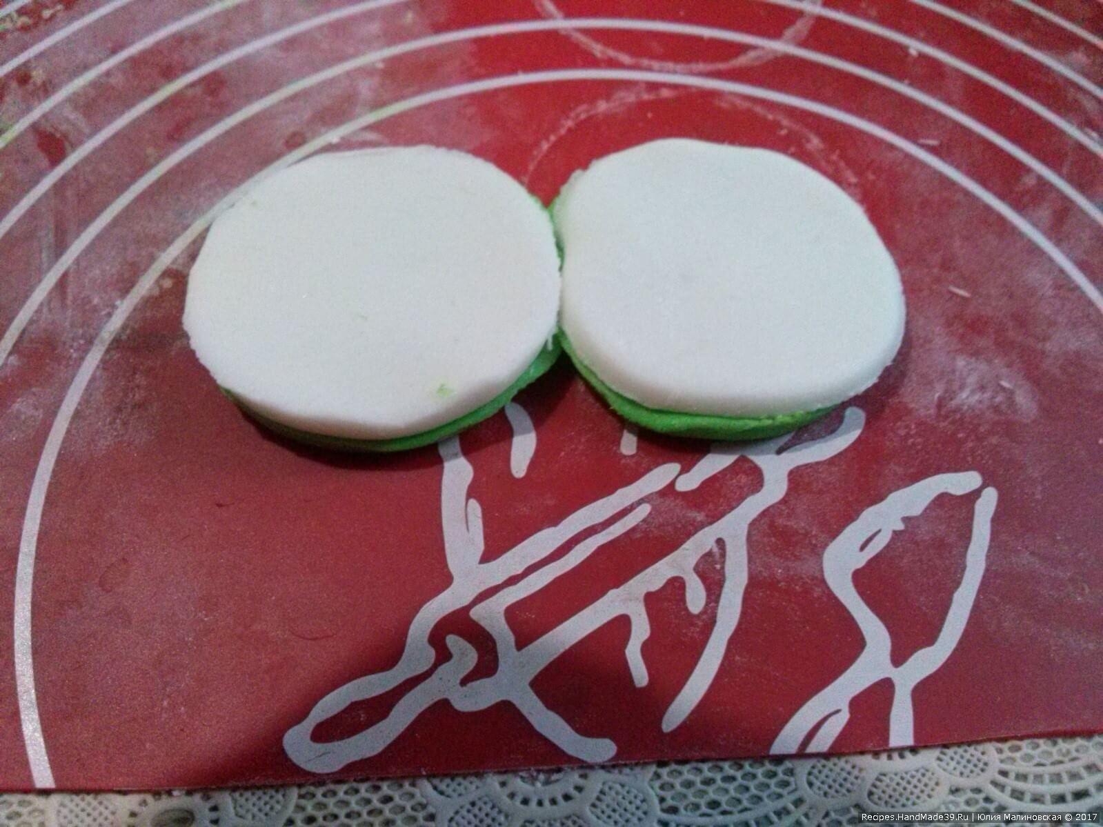 Зелёный кружок смазать водой и к нему прилепить белый. Соединить вместе парные кружки