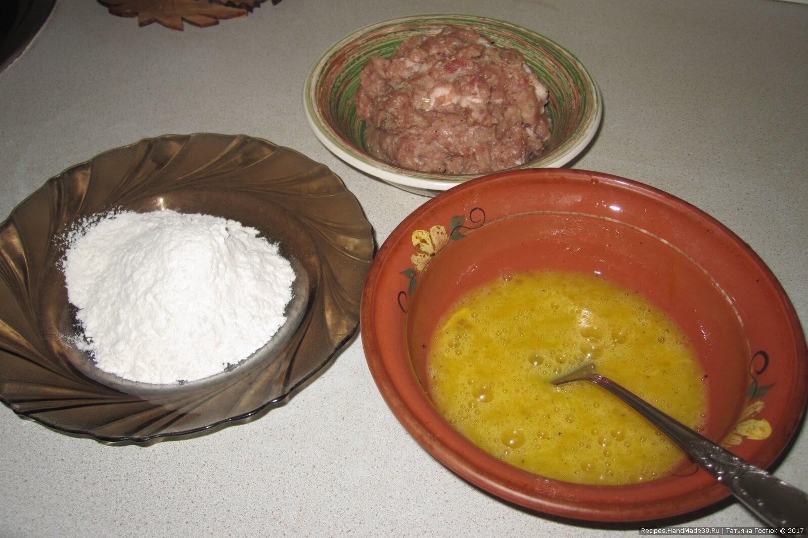 В тарелке с помощью вилки слегка взбалтываем яйца, чуть-чуть подсаливаем. В другую тарелку насыпаем муки