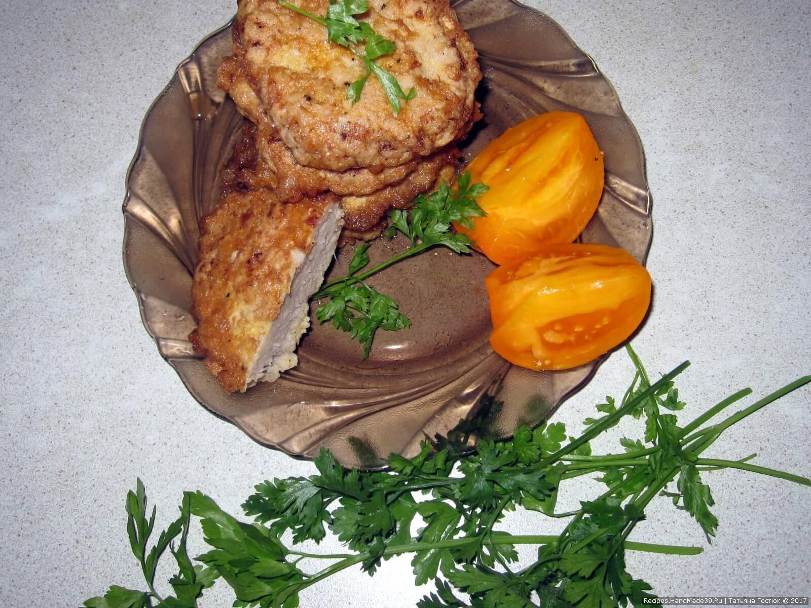 Подаём ленивые отбивные горячими, с любимым гарниром или с овощами. Приятного аппетита!