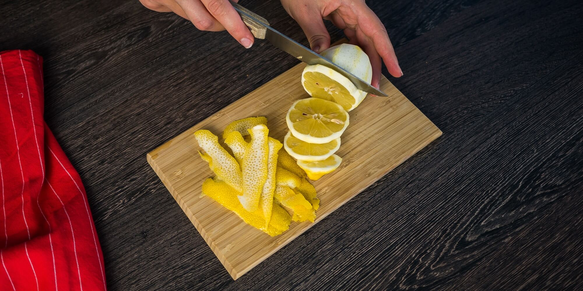 Почистите и нарежьте лимон