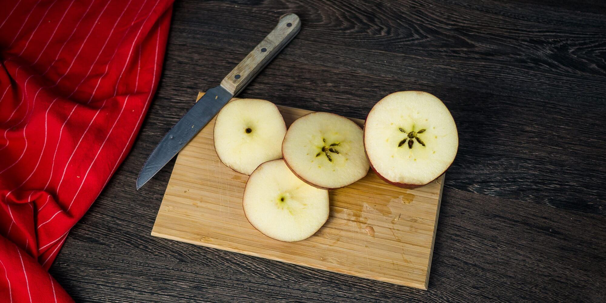 Яблоко помойте и нарежьте