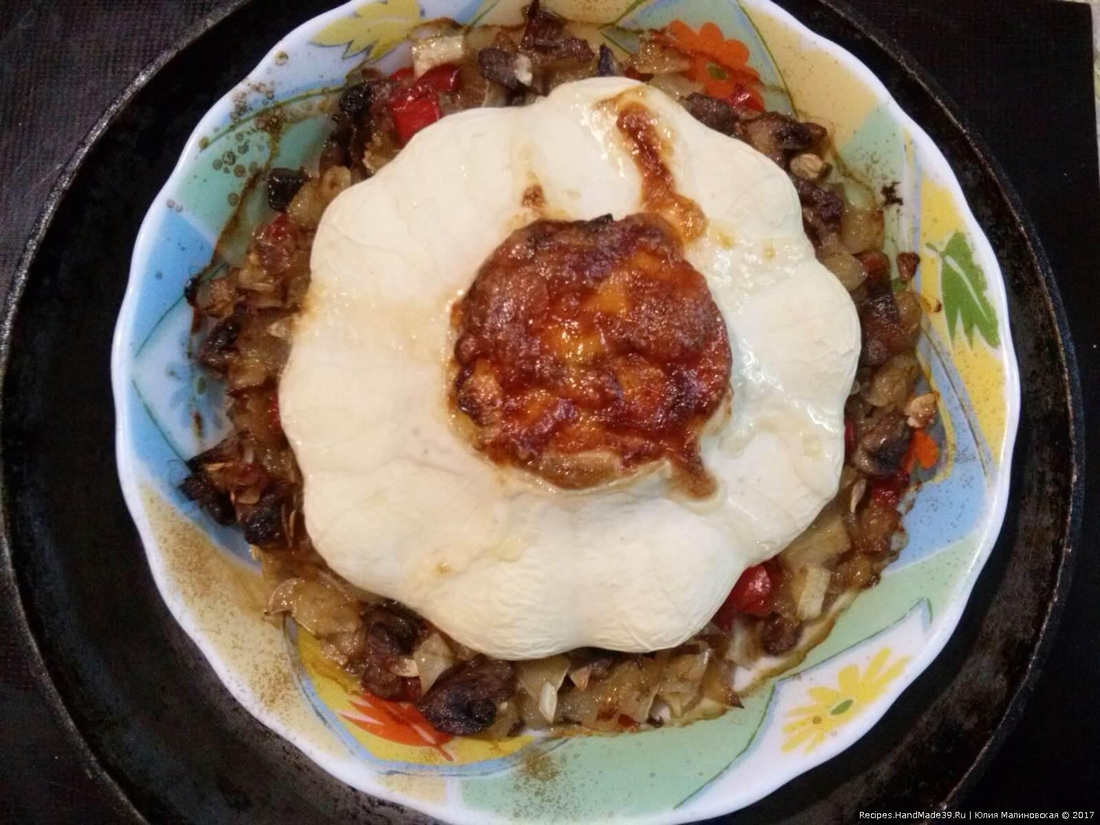 В тарелку выложить овощи, сверху уложить патиссон и запекать при температуре 200 °C до готовности