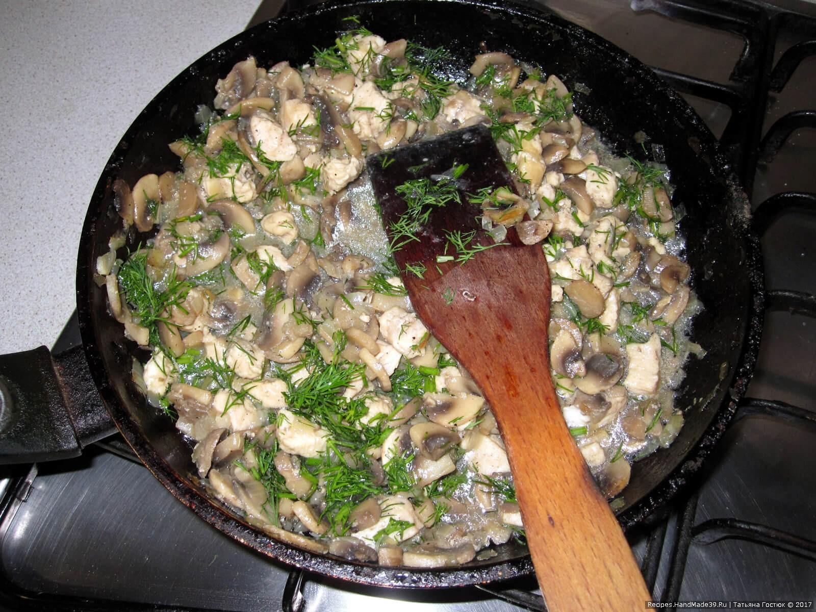 Отправляем филе к грибам, солим-перчим по вкусу, перемешиваем и накрываем крышкой. Томим на небольшом огне 5 минут – этого будет вполне достаточно, чтобы мясо протушилось
