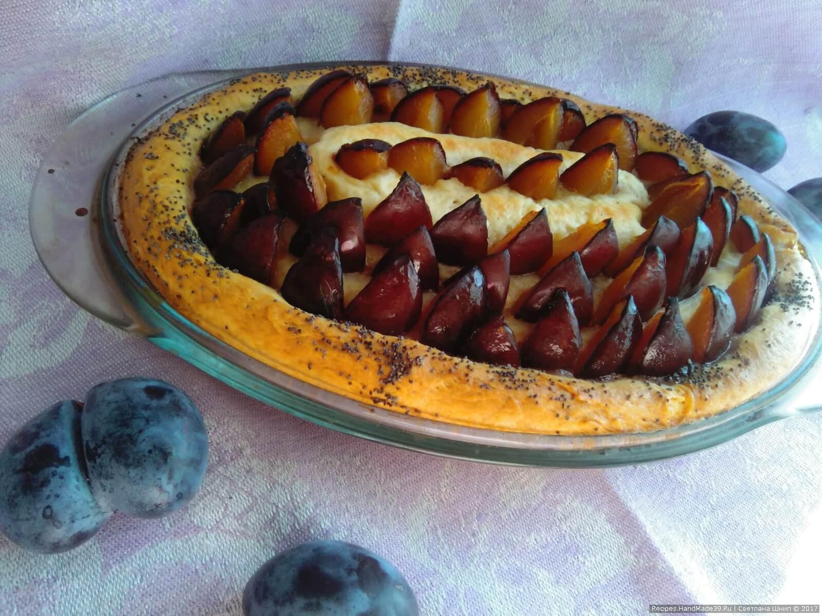 Выпекать пирог примерно 45-50 минут - до тех пор, пока верх станет румяным