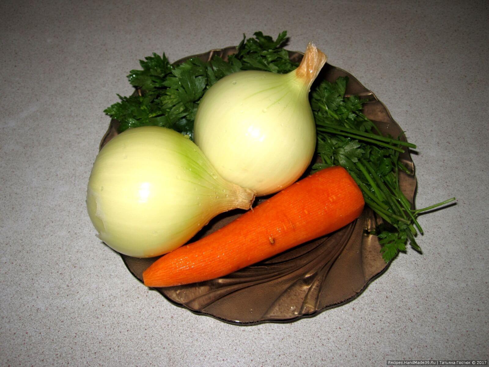 Лук и морковь чистим