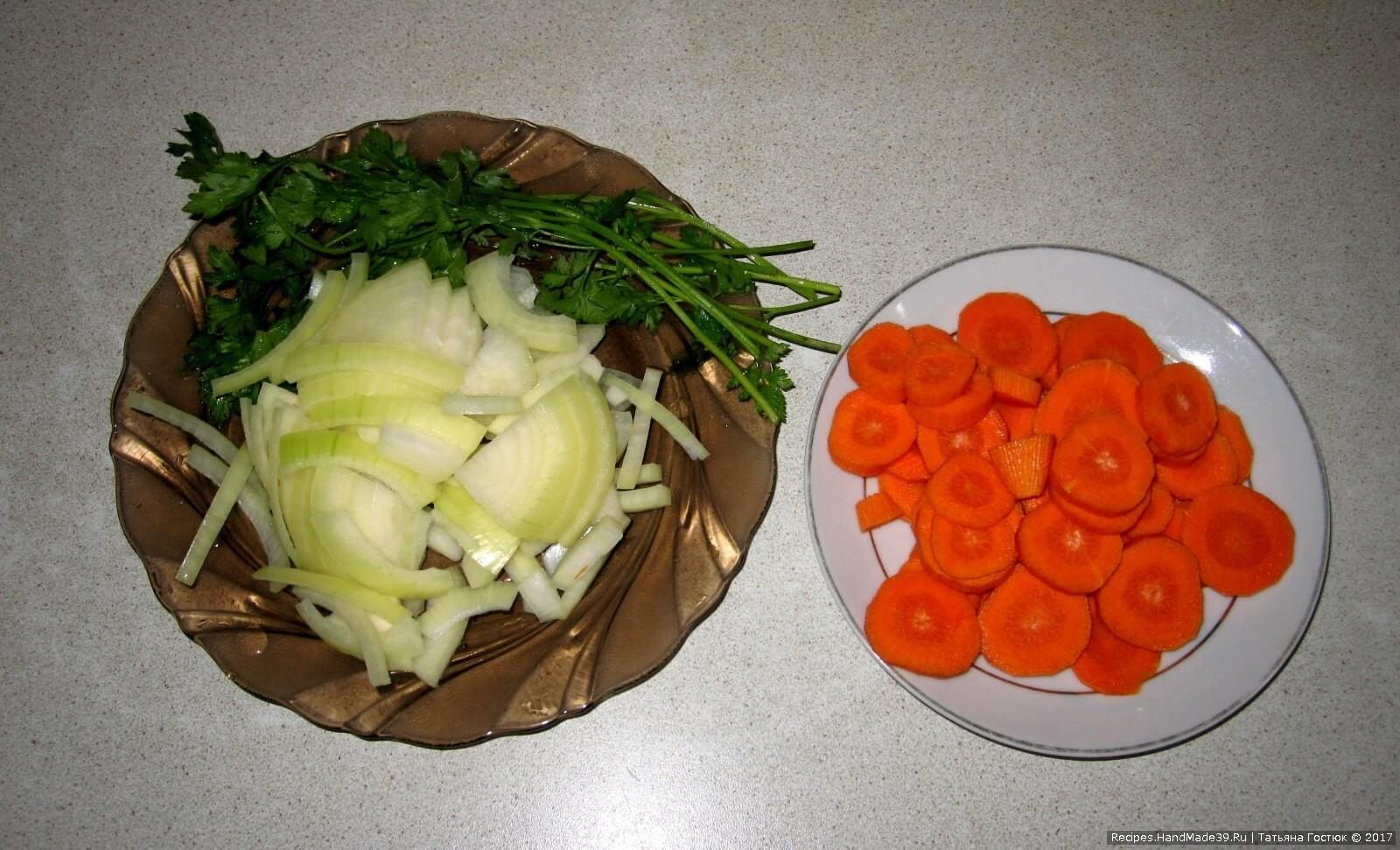 Морковь нарезаем кольцами, лук – полукольцами