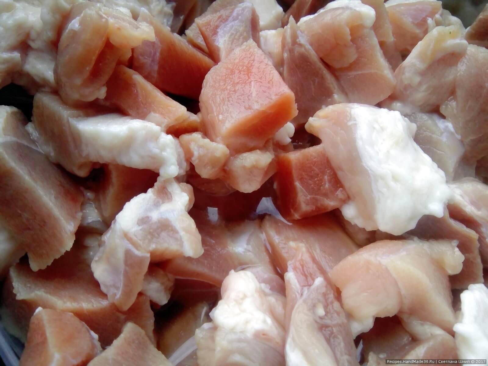 Мясо нарезать кусочками, положить к луку. Добавить специи по вкусу, зиру - в небольшом количестве. Хорошо перемешать. Мясо подавить руками
