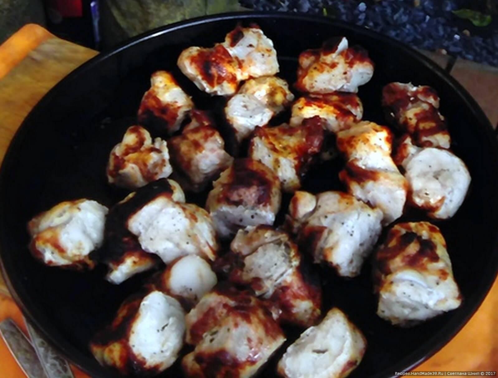 Продолжительность жарки шашлыка - 12-15 минут, в зависимости от силы огня и желаемой степени прожарки мяса. Поливать мясо во время жарки нет необходимости. Приятного аппетита!