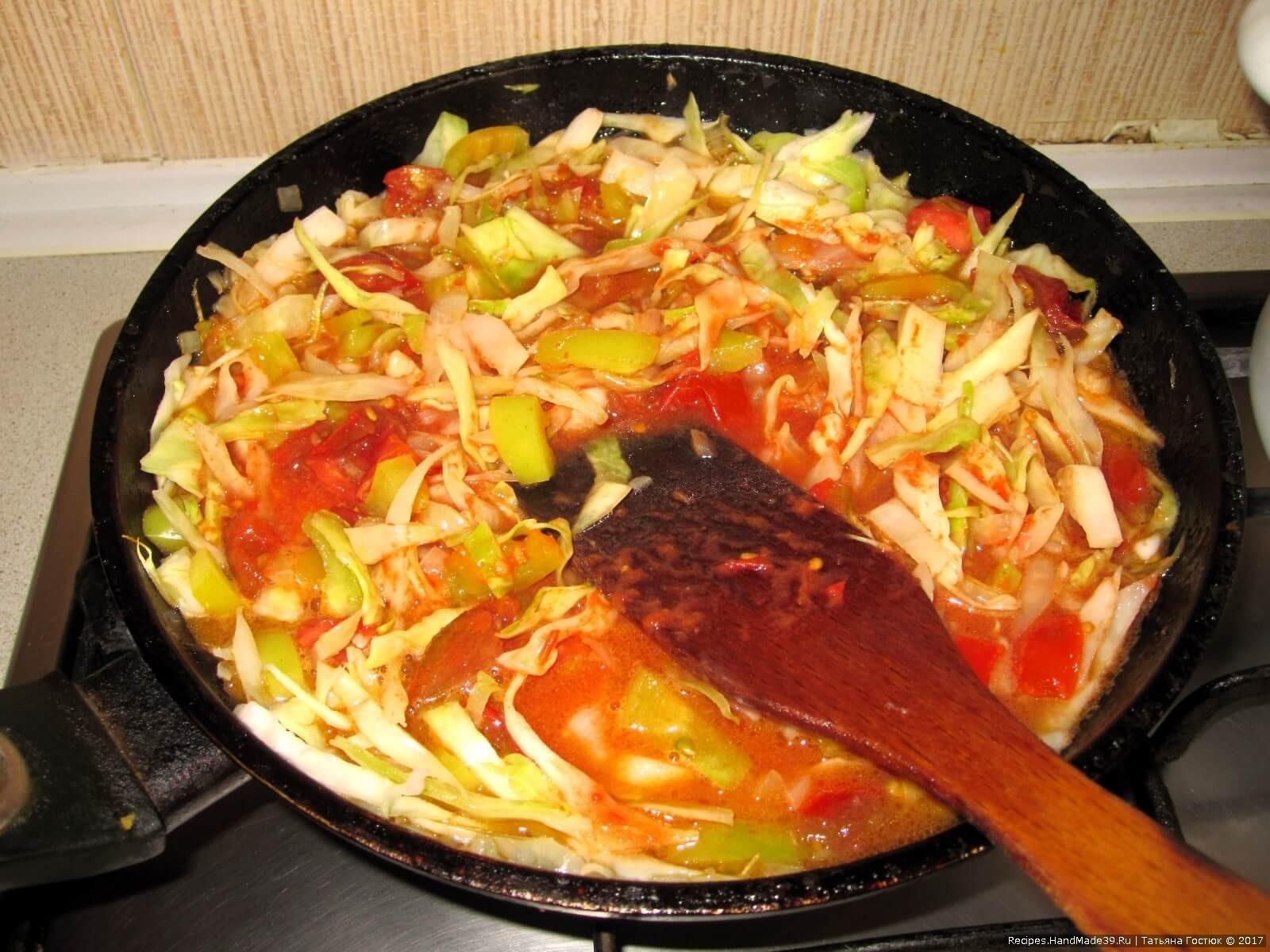 Добавляем порезанные кубиками помидоры, томатную пасту, солим по вкусу, вновь накрываем крышкой и тушим 10 минут