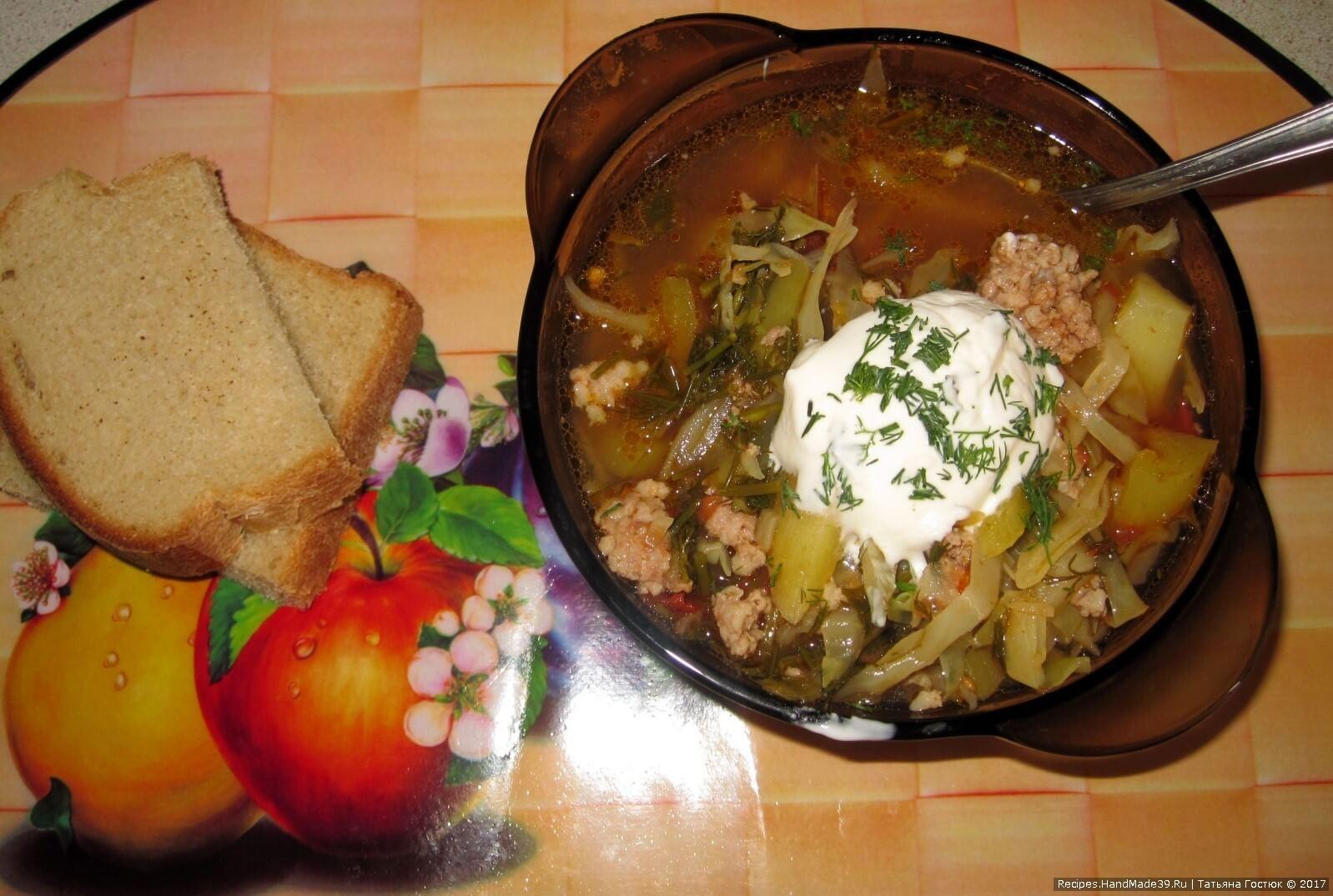 Подаём суп со сметаной и мелко нарезанной зеленью