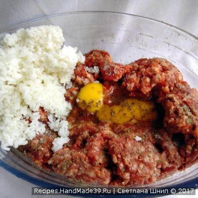 В мясной фарш добавить специи, соль, перец, 2 сырых яйца и отваренный рис