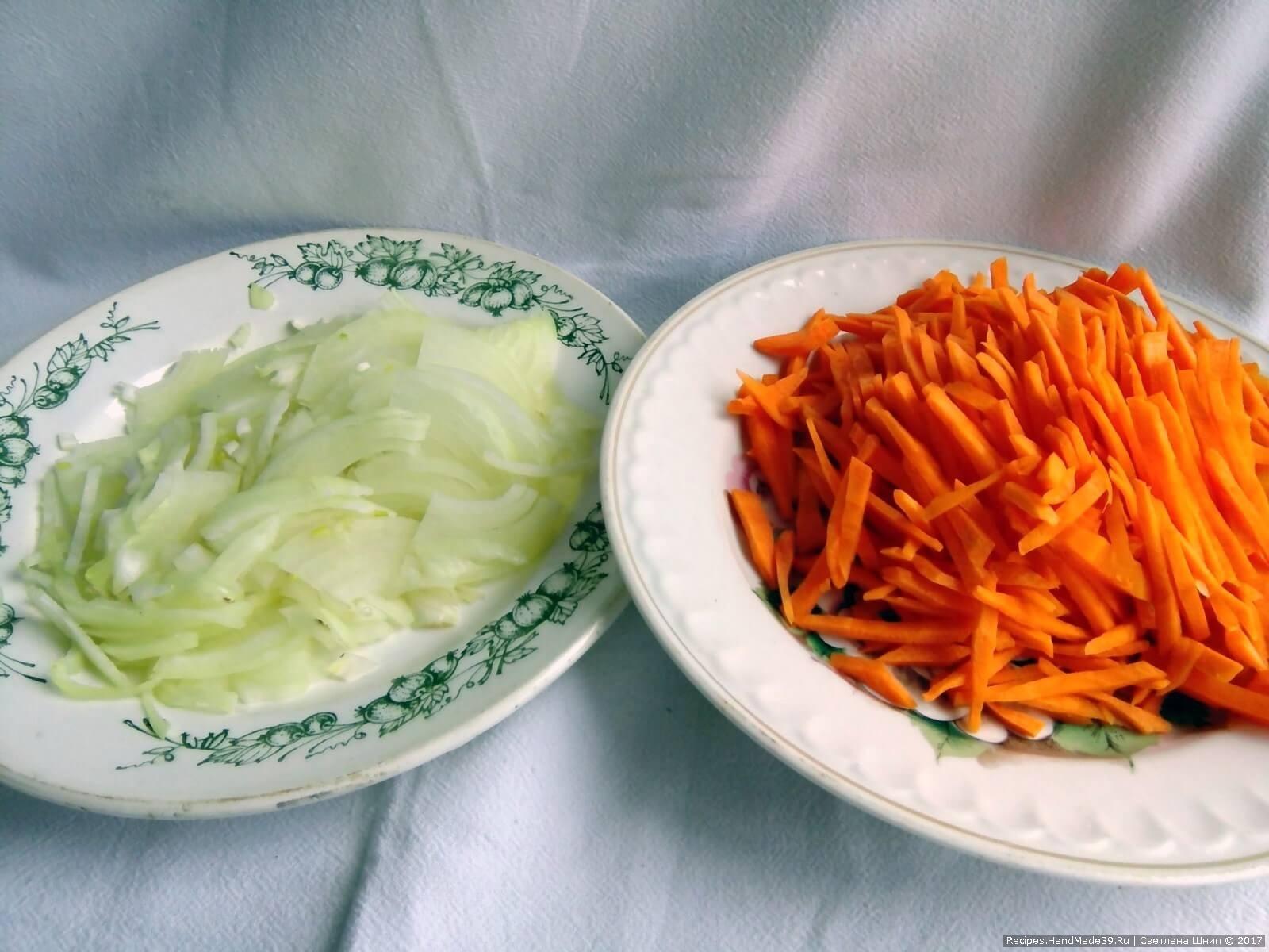 Морковь нарезать соломкой, а лук полукольцами