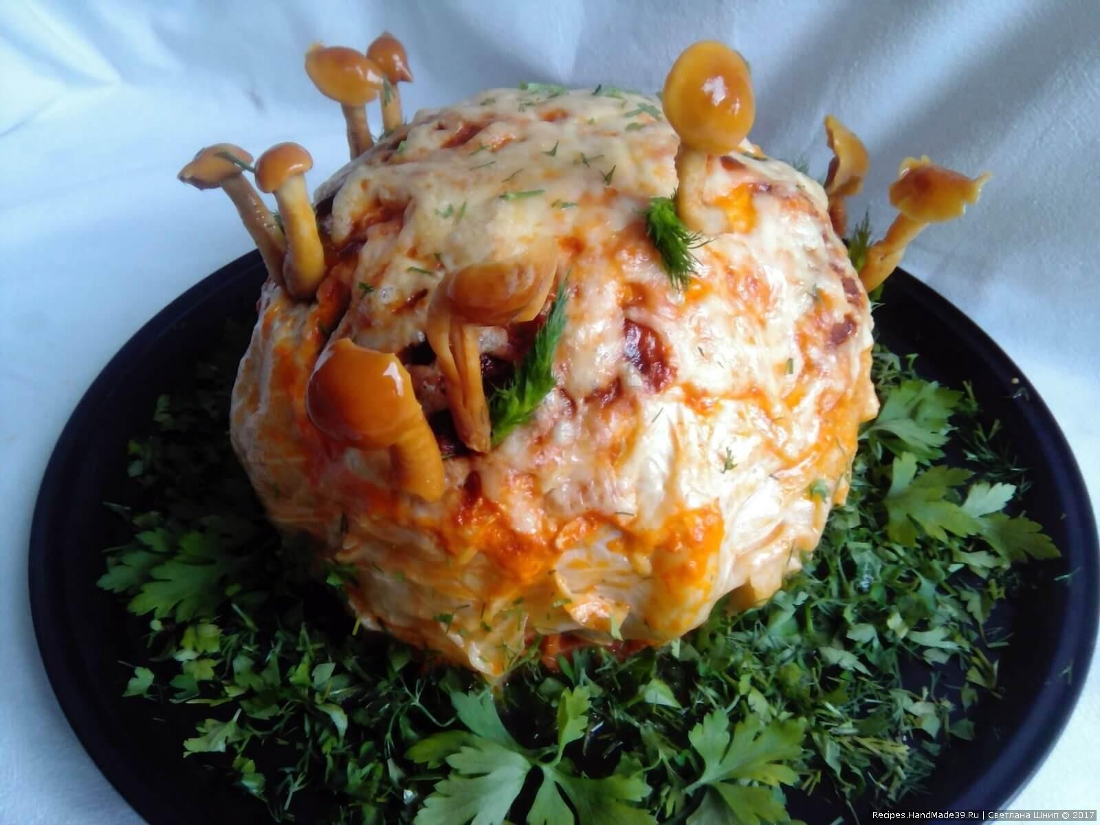 Украсить готовое блюдо маринованными грибочками, формируя «пенёк». Приятного аппетита!