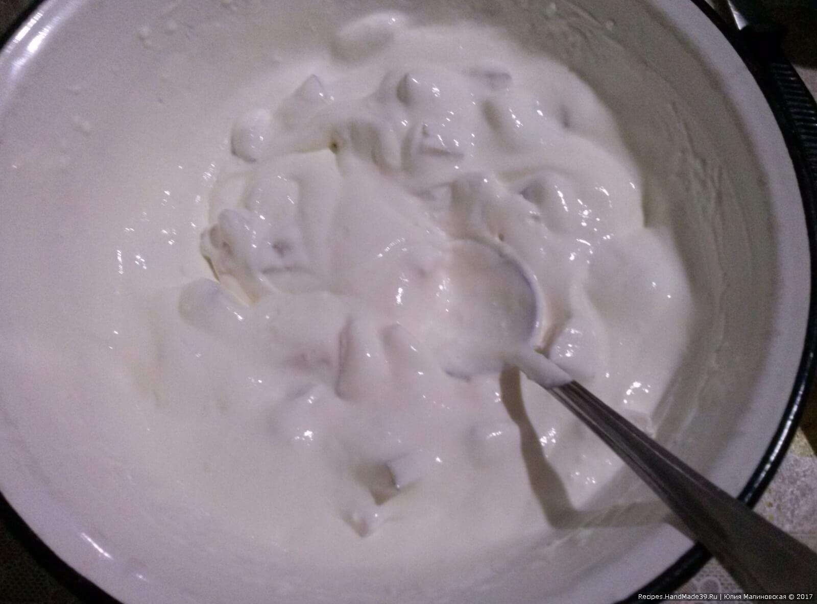 Приготовление крема: хорошо взбить сметану, сахар и загуститель для сливок. Добавить в крем мелкие ломтики от 1 спелой груши