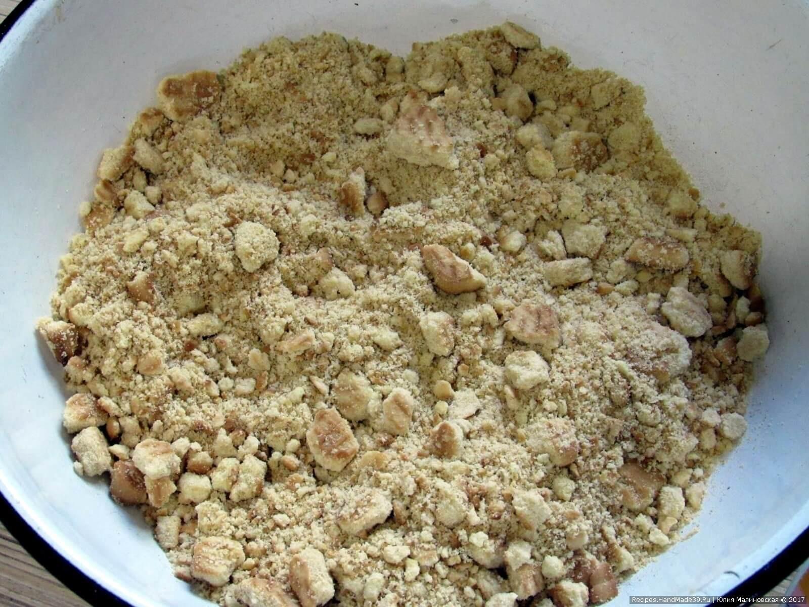 Для приготовления шоколадной колбасы «Волшебное зелье» нужно печенье раскрошить так, чтобы осталось немного цельных кусочков