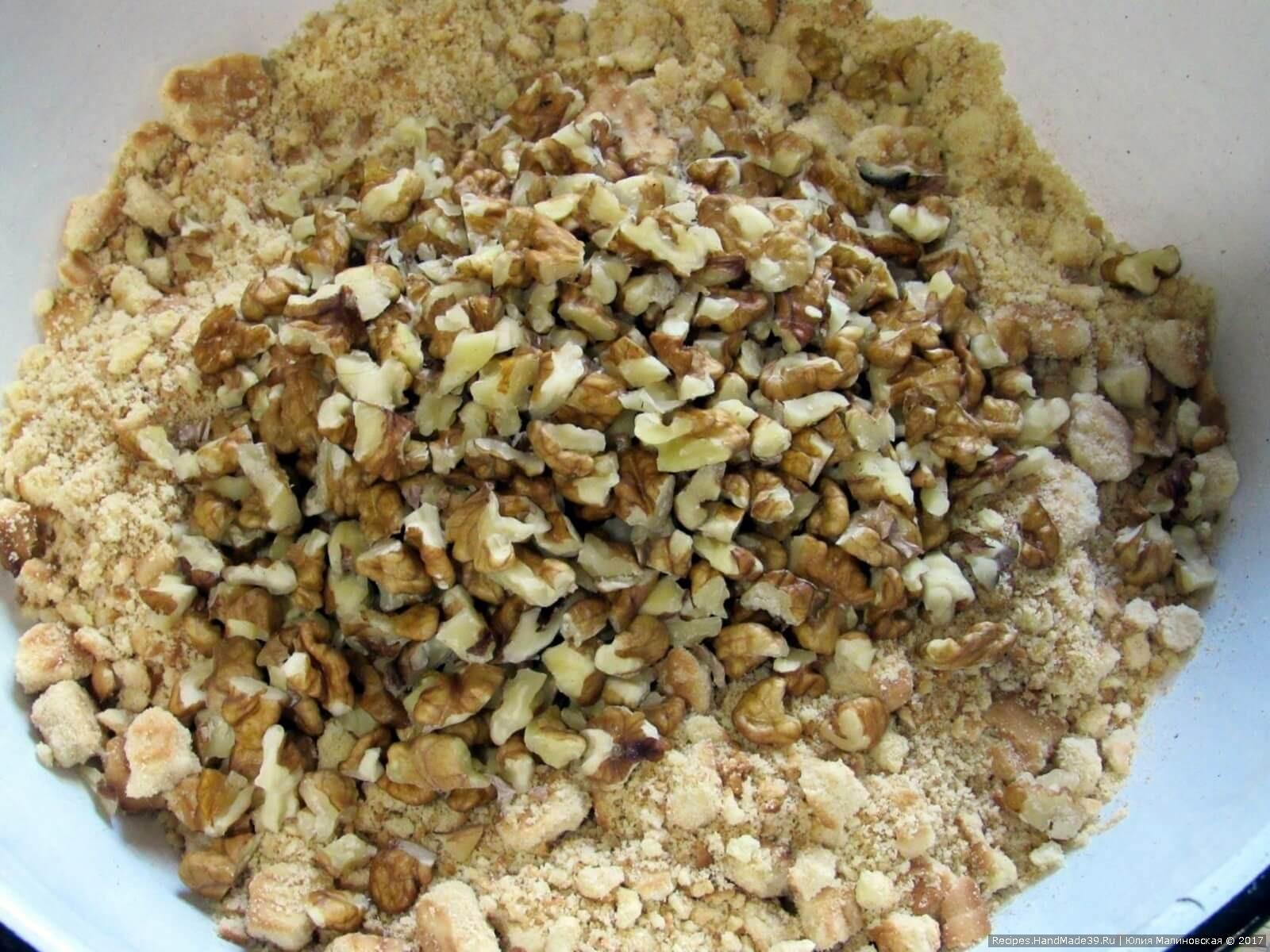 Смешать печенье с орехами. Добавить ванилин