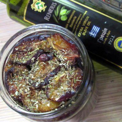 Сверху залить оливковым маслом, посмотреть, чтобы не было пустот