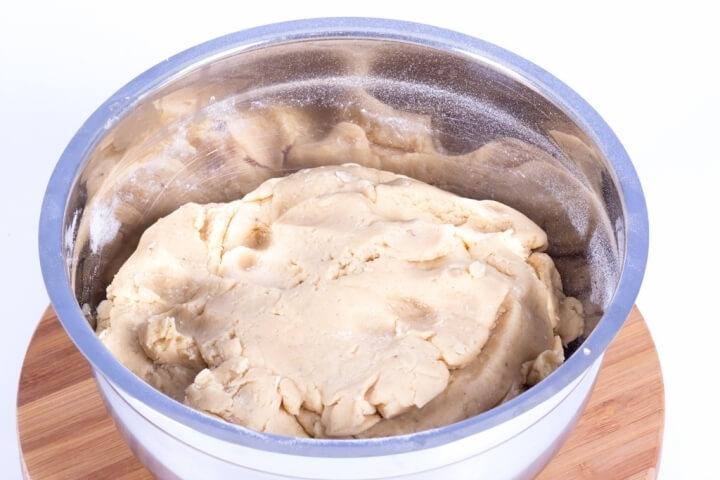 Добавить муку с содой к остальным ингредиентам и хорошо вымешать