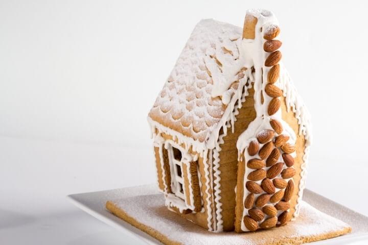 Когда стены домика подсохнут, поставить крышу