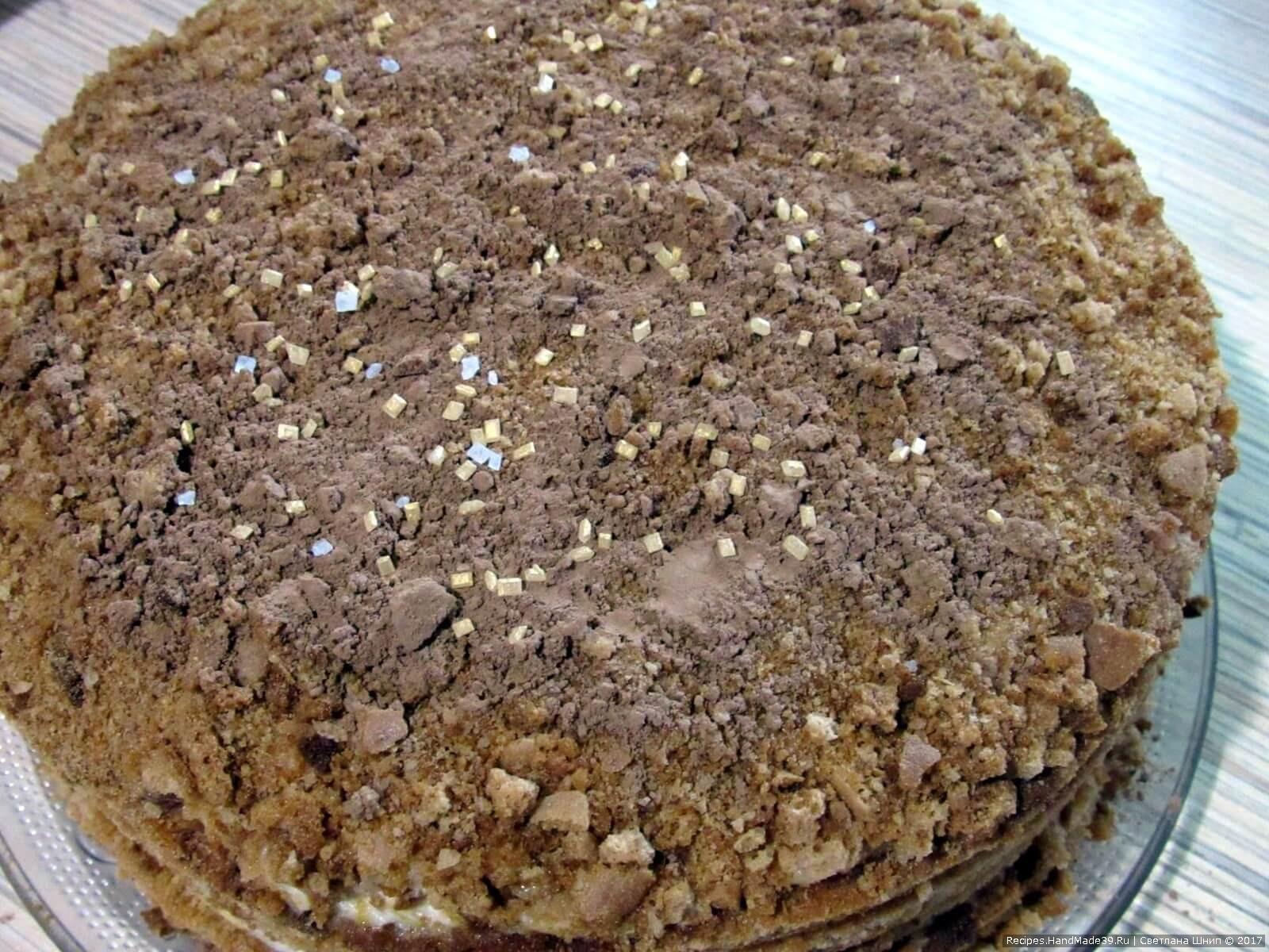 Сверху торт присыпать какао, можно – жёлтым сахарным песком