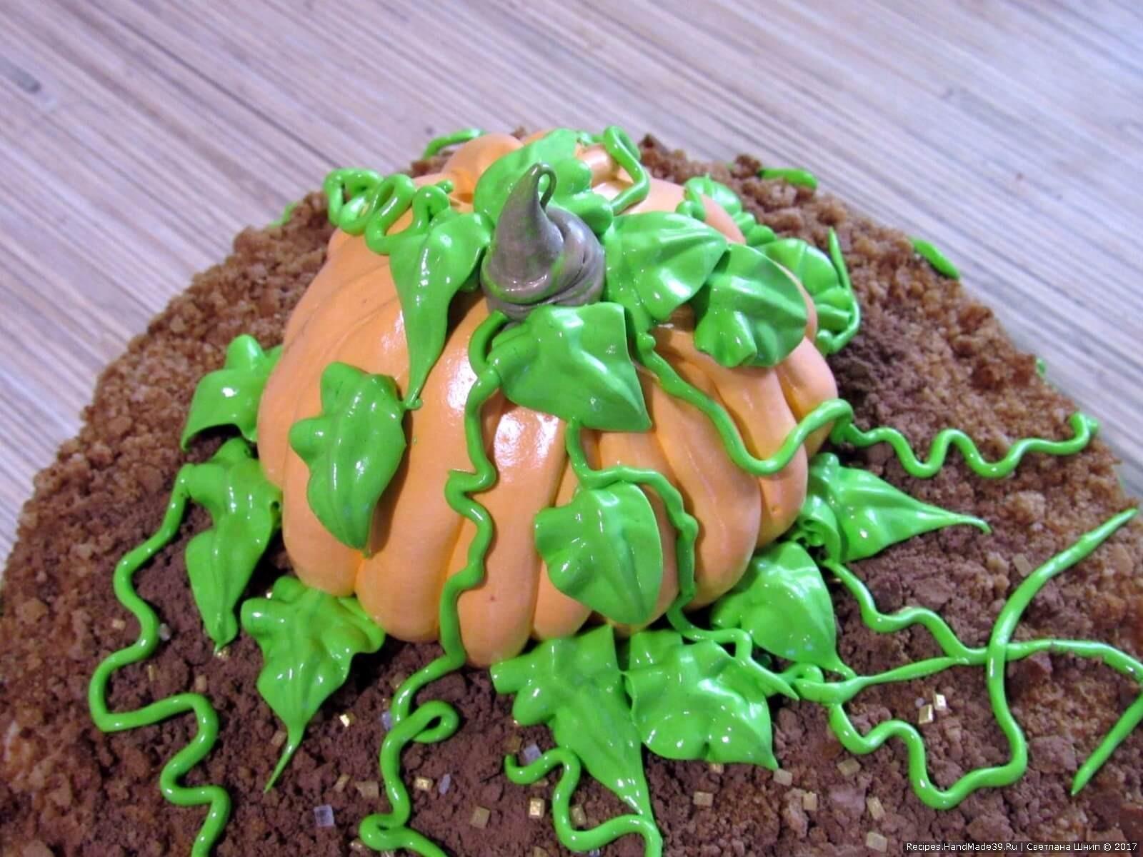 Зелёным кремом выдавить листики и плети тыквы, не забудьте про её хвостик