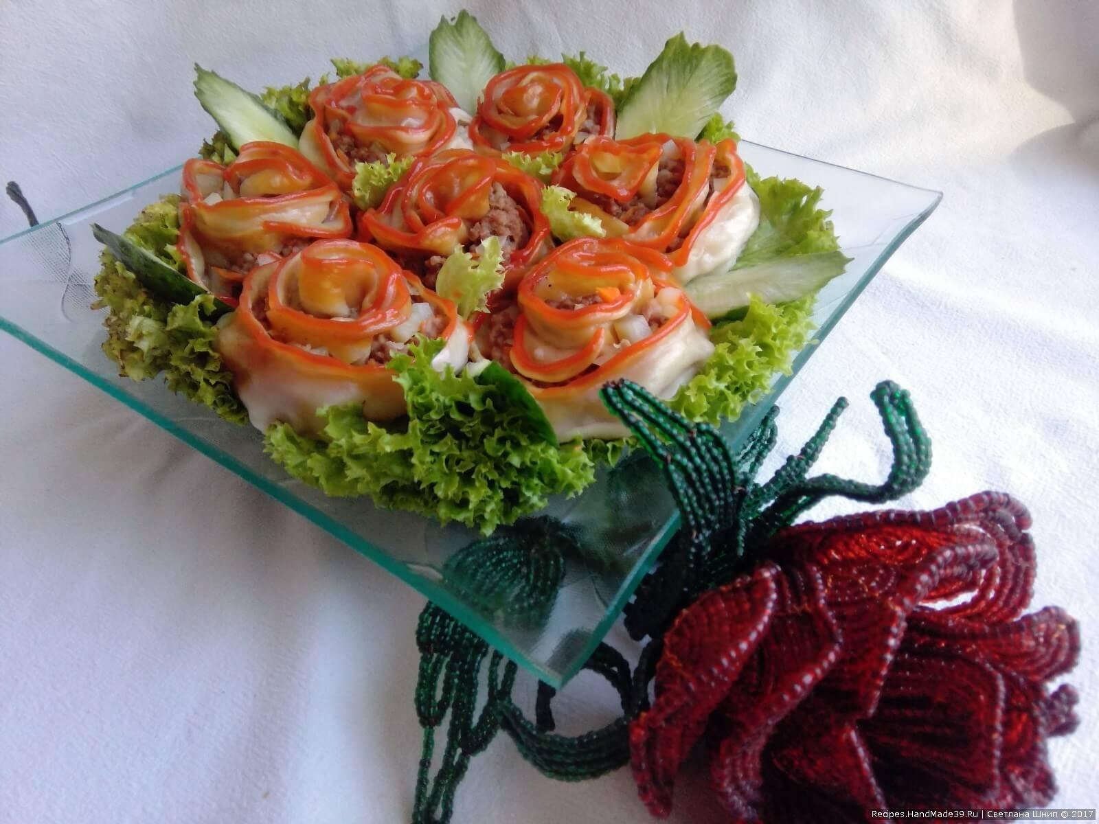 Сделать кетчупом окантовку лепестков и манты «Розы» готовы. Приятного аппетита!