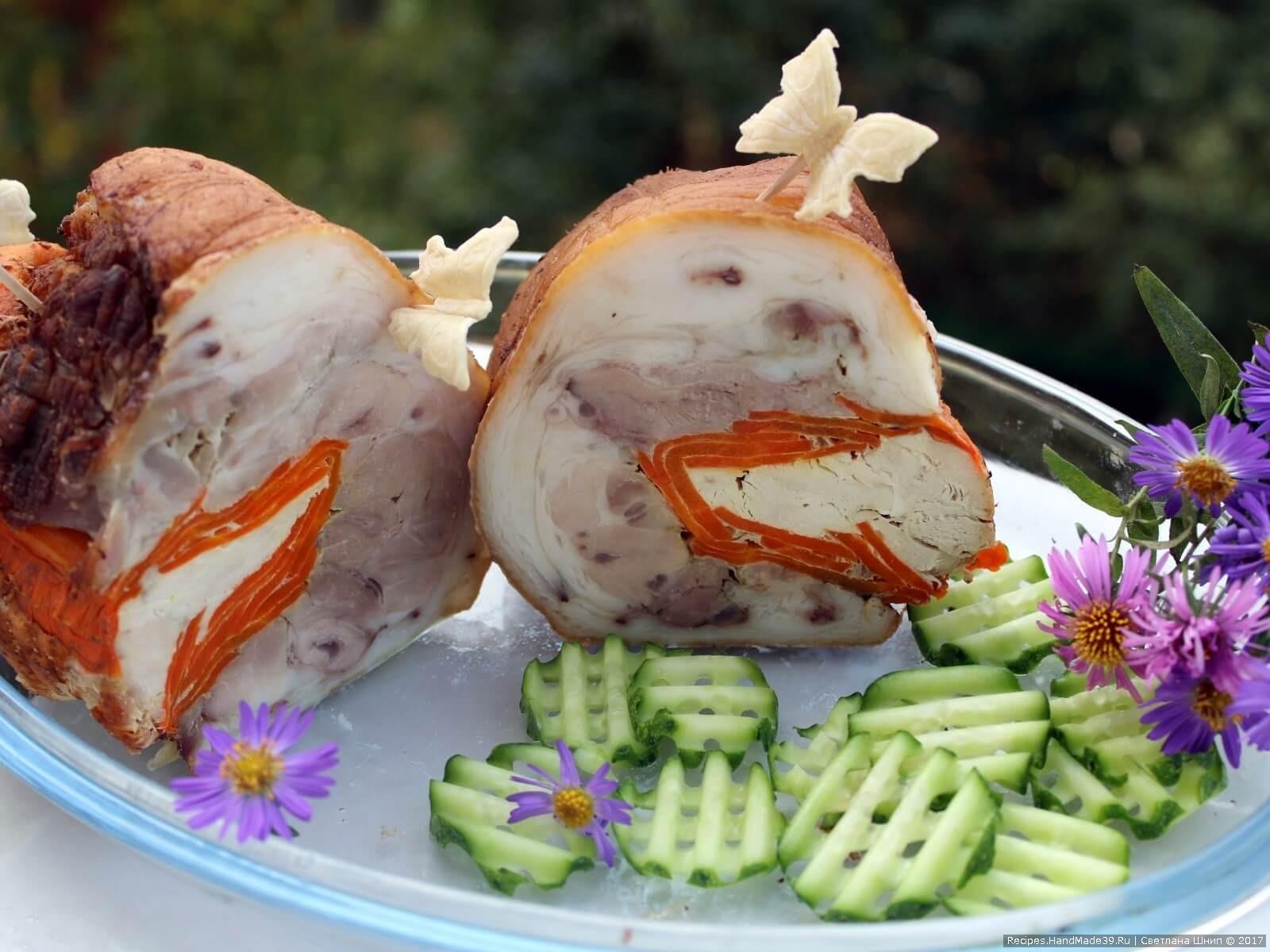 Рулет из свиной рульки с курицей и морковью