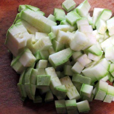 Для приготовления соте из кабачков овощи нужно вымыть, почистить, мелко порезать