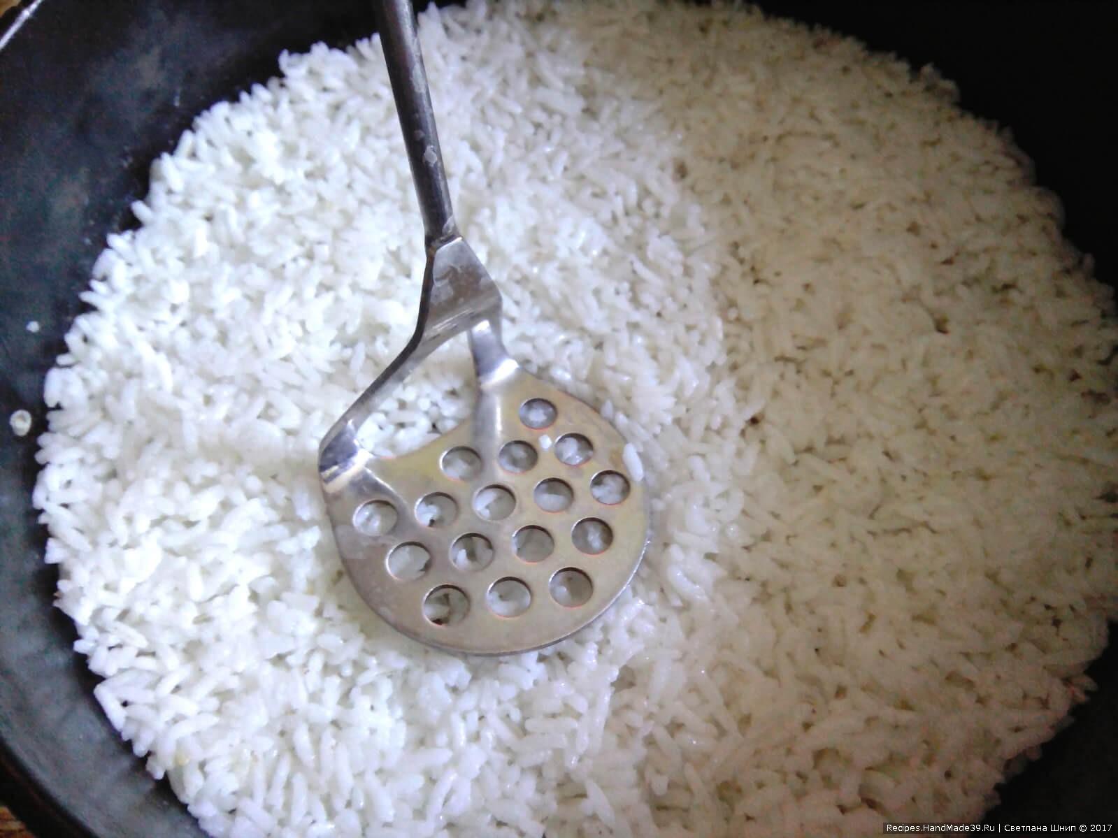 Выложить на дно формы слой 1/3 риса