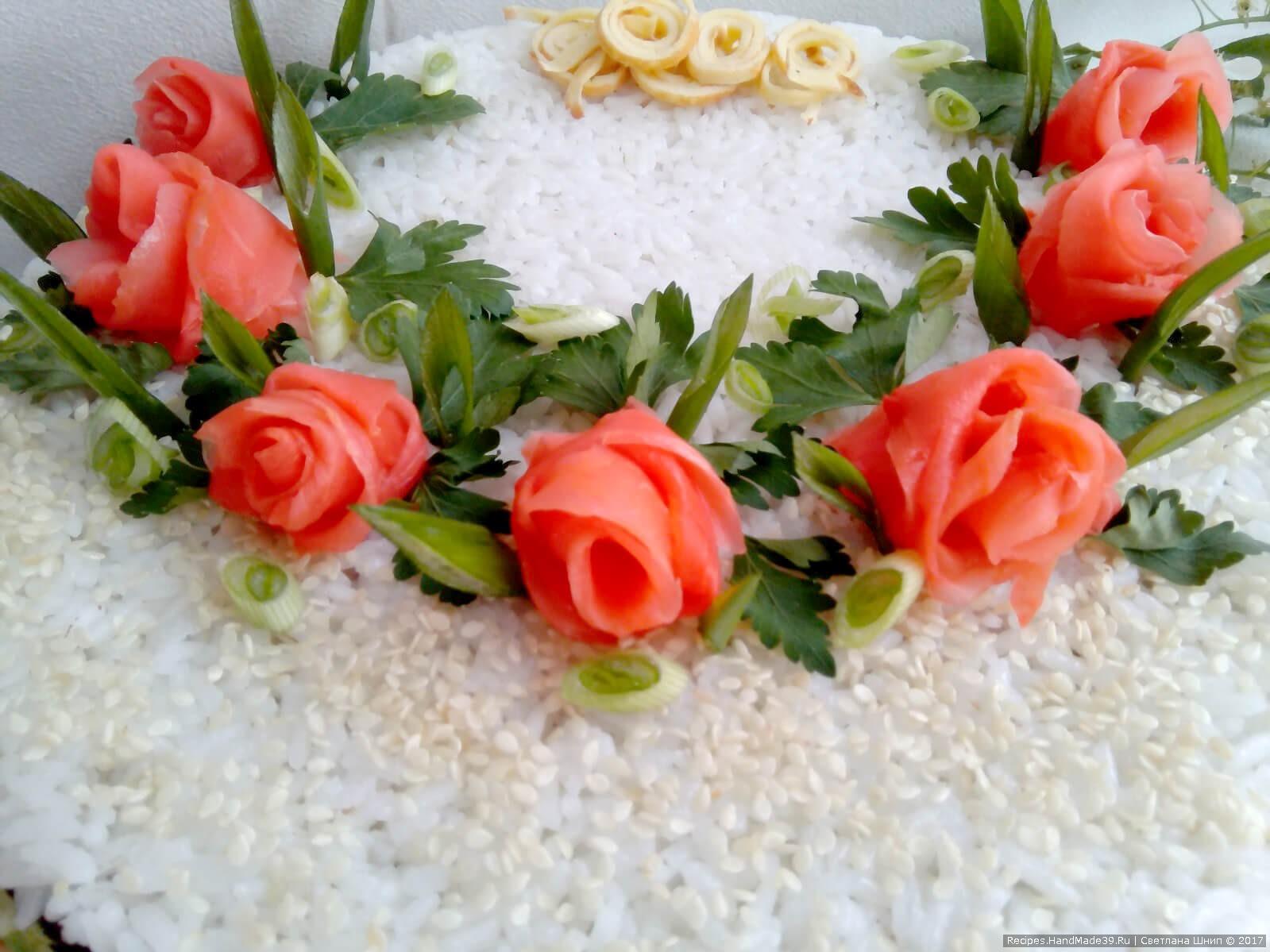 Сделать розочки из маринованного имбиря, использовать зелень