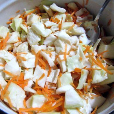 В кастрюле смешать капусту, морковь, чеснок
