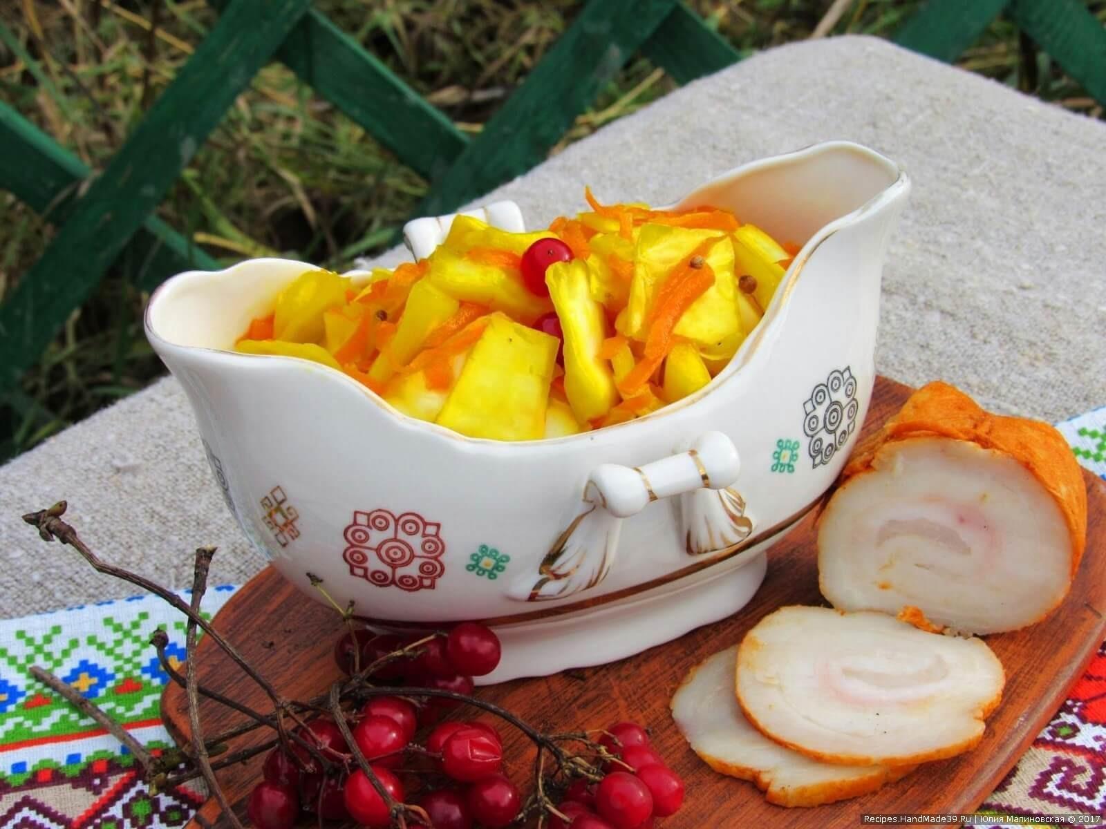 Готовую капусту подавать с луком и растительным маслом. Приятного аппетита!