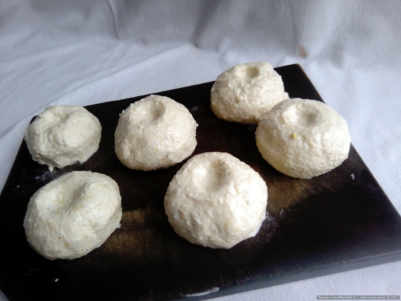 Скатать шарики-мандаринки, поставить на 30 мин. в холодильник