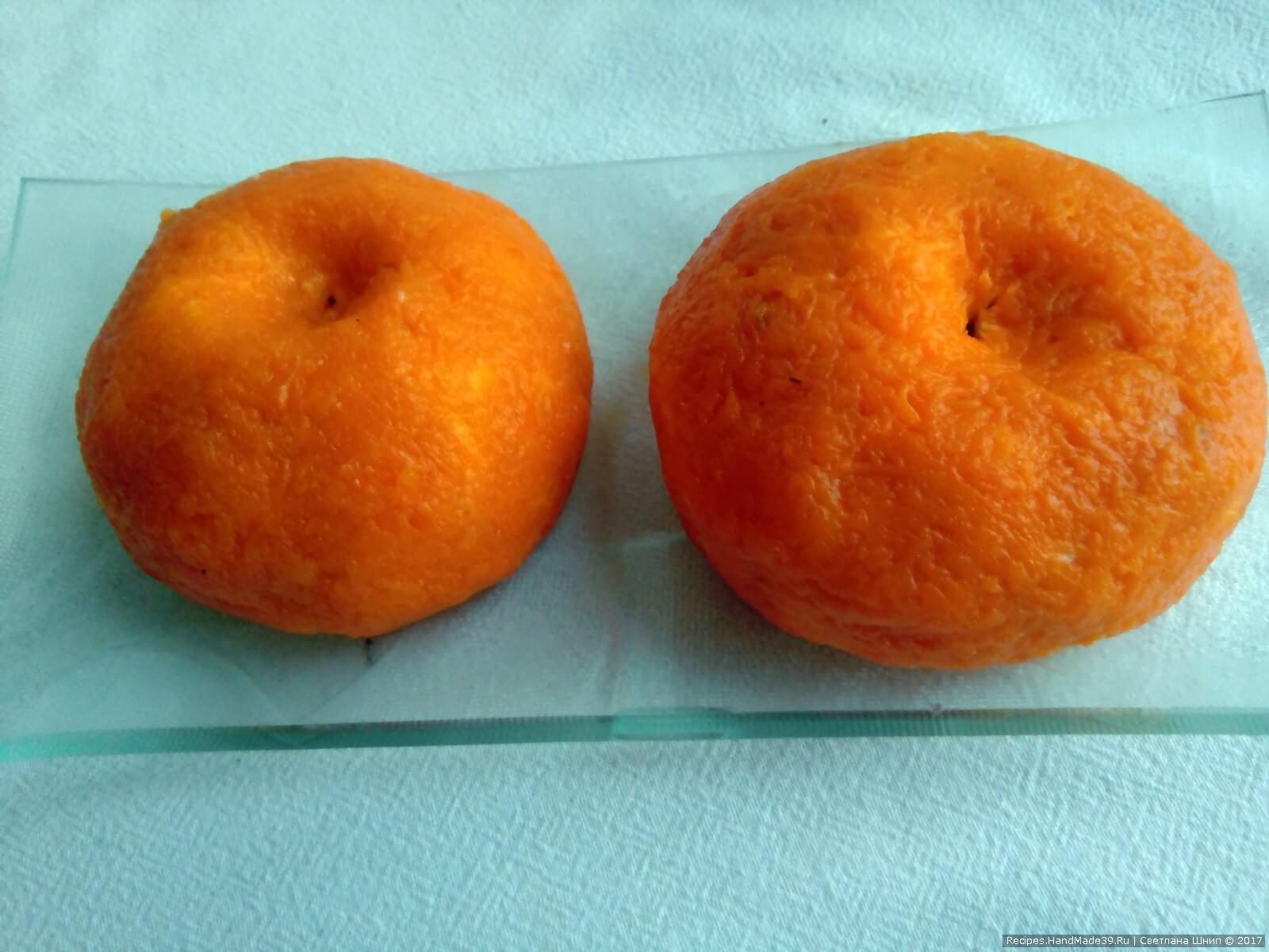Морковную массу выкладываем на ладонь, сплющиваем толщиной 5 мм и покрываем сырную «мандаринку»