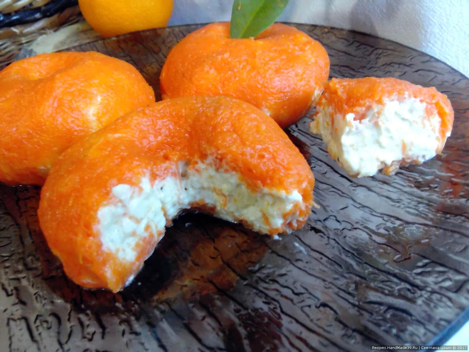 Выложить «мандарины» на блюдо, воткнуть в верхушку лавровый листочек или петрушку