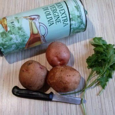 Картофель помыть и обсушить, нарезать очень тонкими пластинами 1-2 мм